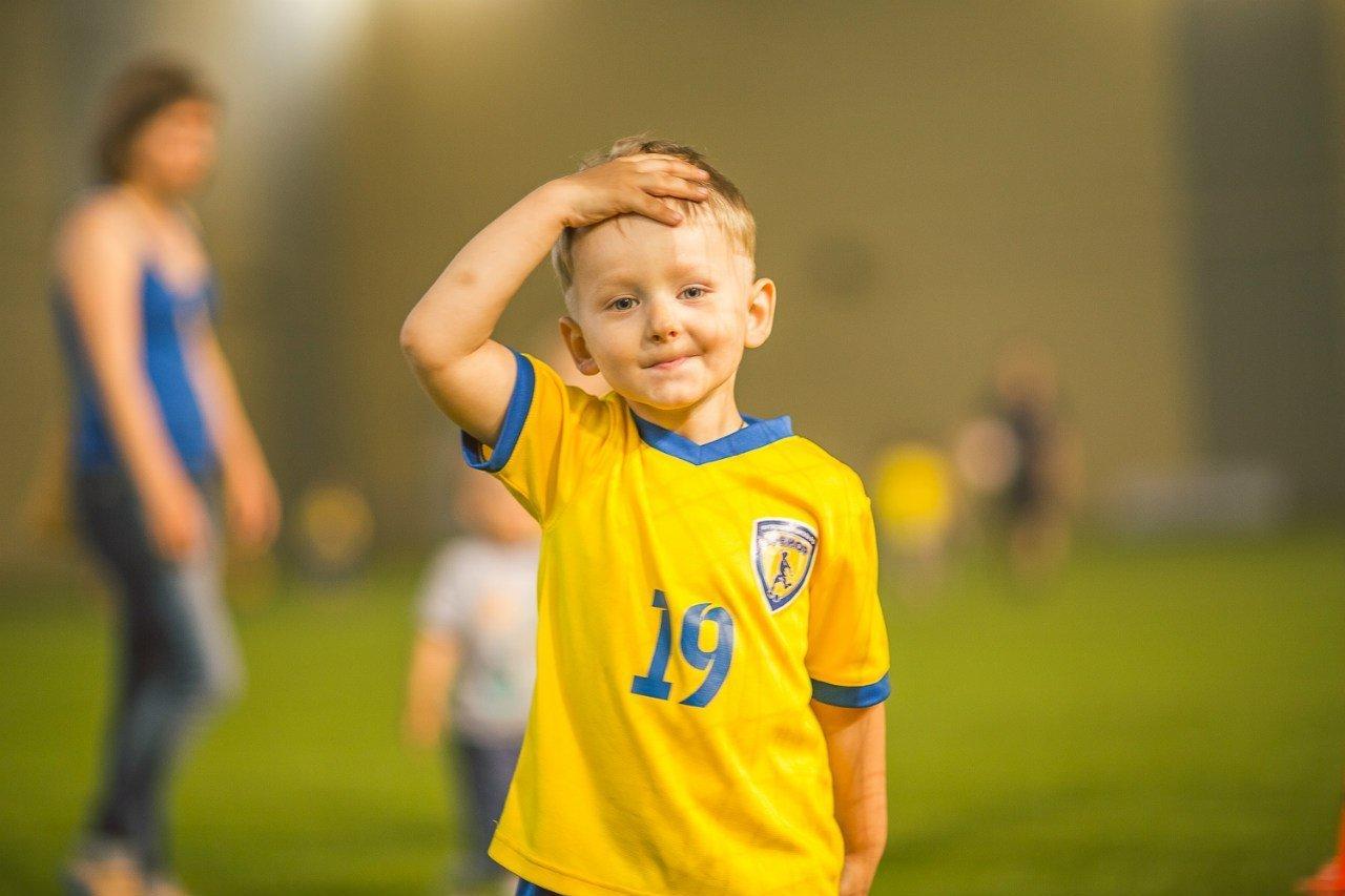 Мальчик в футбольной форме
