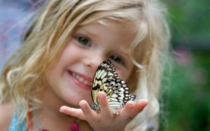 Ребенок с бабочкой