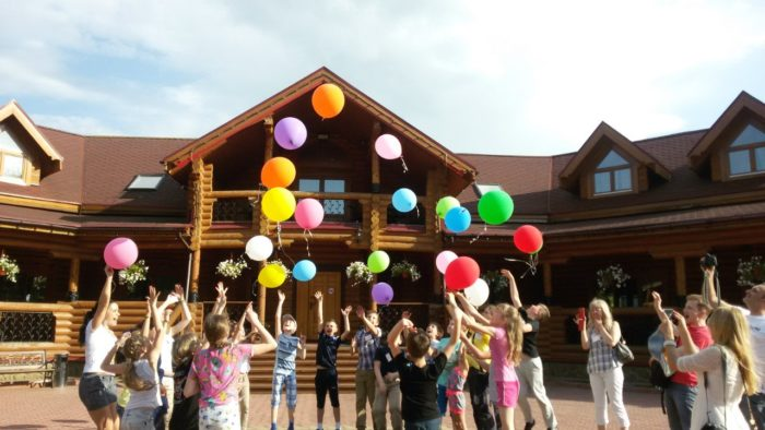 Ученики 4 класса запускают шары