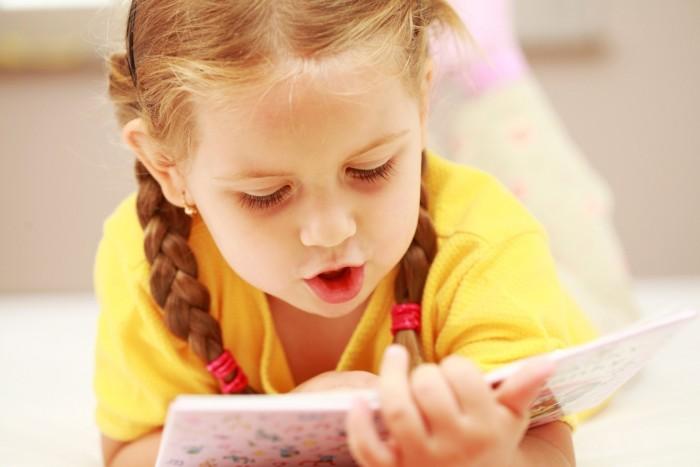 Ребёнок читает