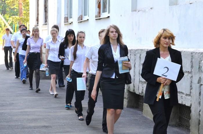 школьники идут на ЕГЭ