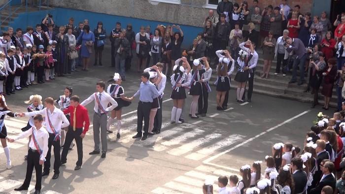 Школьники на выпускном