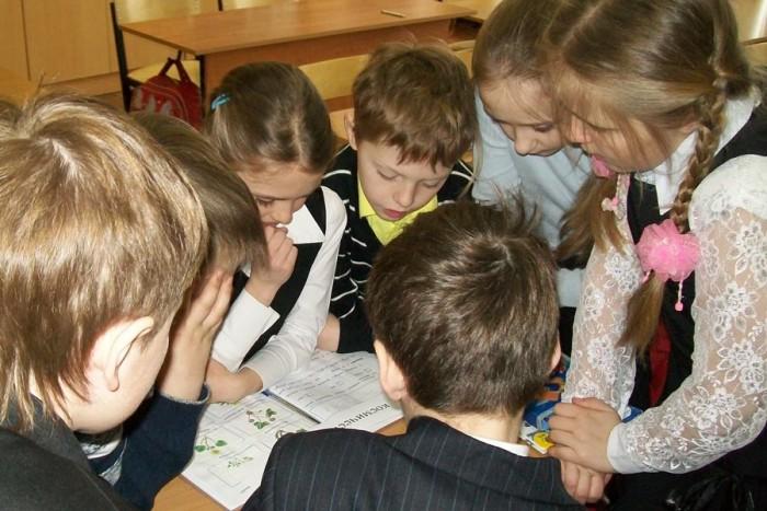 Школьники работают в группе