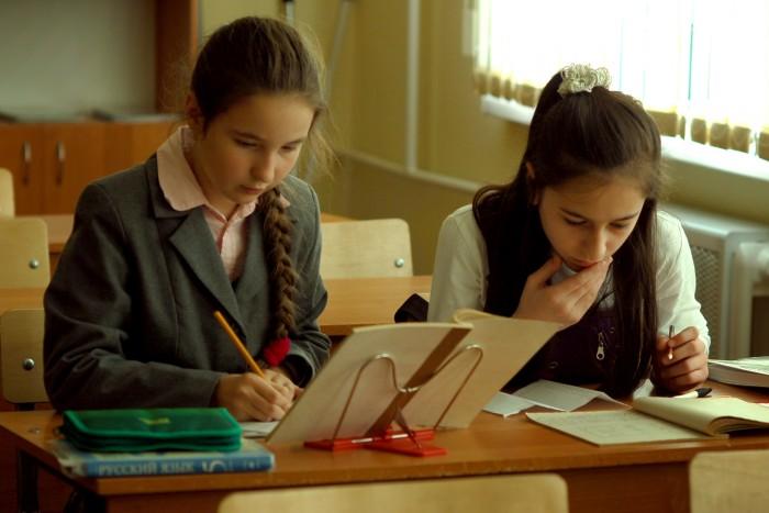 Школьники пишут в тетради