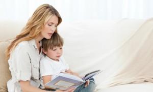 Мама с ребёнком читают