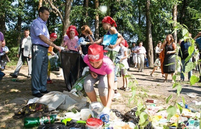 Дети убирают территорию лагеря