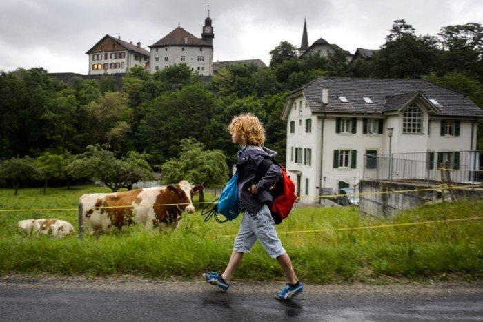 Мальчик идет пешком в школу
