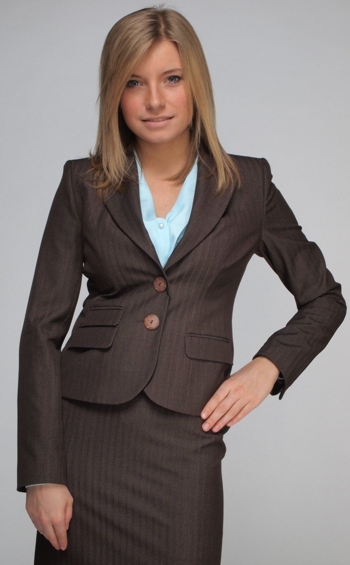 Понятие женский деловой костюм ввела незабвенная Коко Шанель, единым росчерком дизайнерского пера избавив женщин от