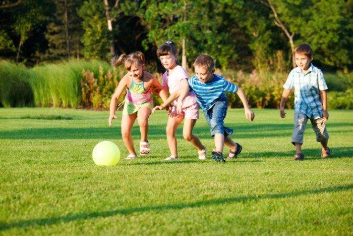 Дети играют в мяч на поле