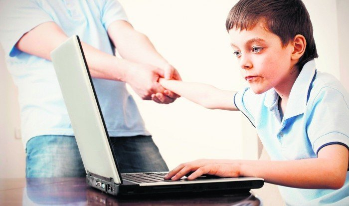 Ребёнок играет на ноутбуке