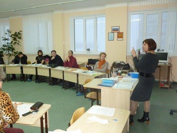 Учительница рассказывает на собрании