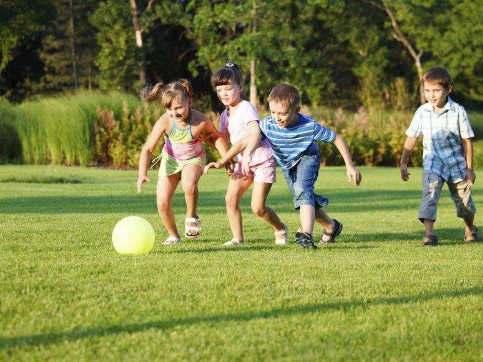 Дети играют с мячём