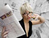 Девушка с газетой и маркером