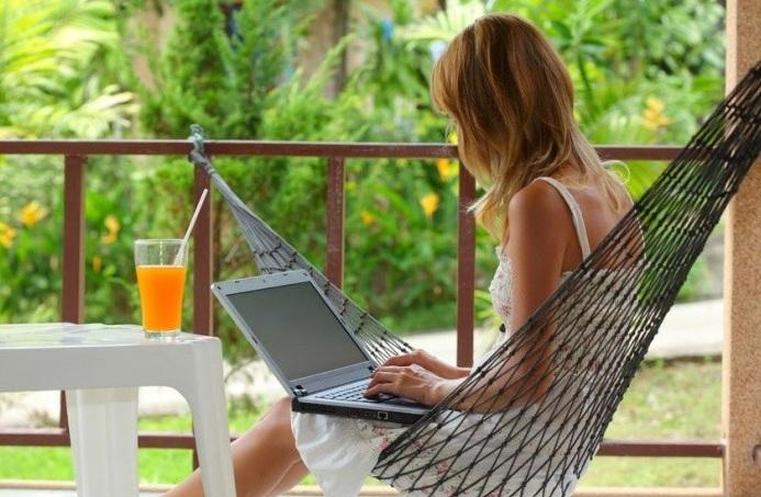 Девушка в гамаке с ноутбуком