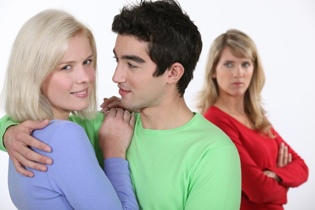 Две девушки и парень-любовный треугольник