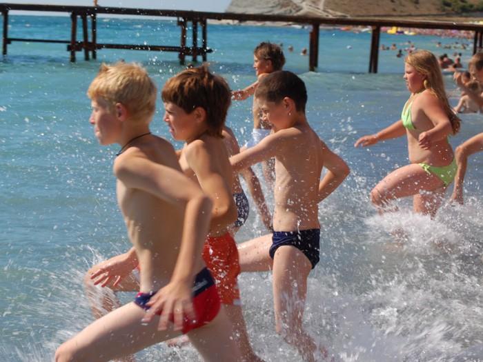 Дети забегают в воду