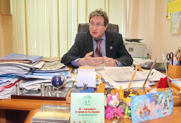 Директор школы за письменным столом