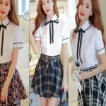 Девушка в школьной форме и тонком галстуке