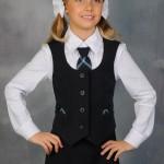 Школьница в галстуке с жилетом
