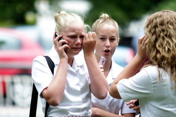 Девушка плачет, говоря по телефону