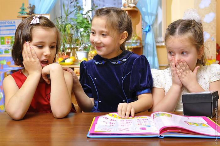 Три девочки играют за столом