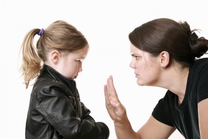Мама объясняет позицию недовольной дочери