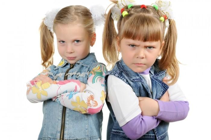 Две девочки капризничают