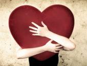 Огромное красное сердце в руках