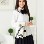 Девушка в белой блузе и галстуке-бабочке