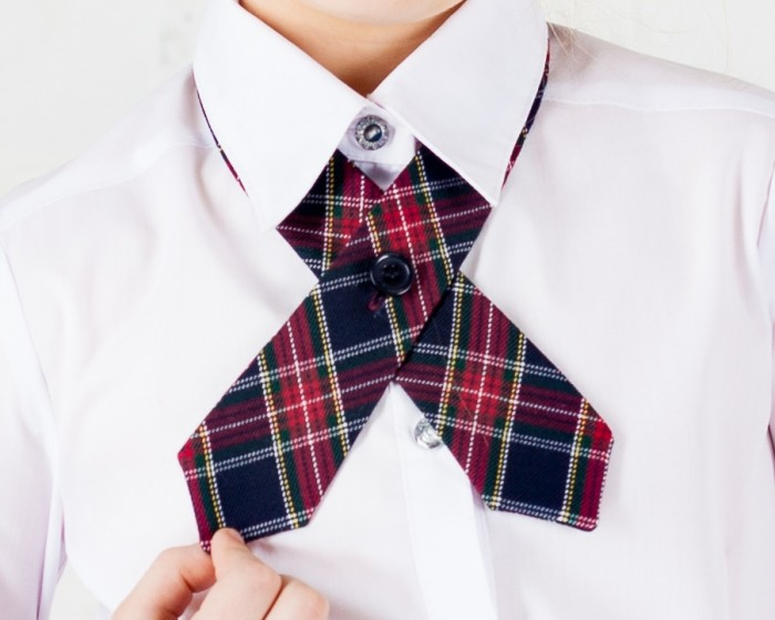 Галстук на пуговице на белой рубашке