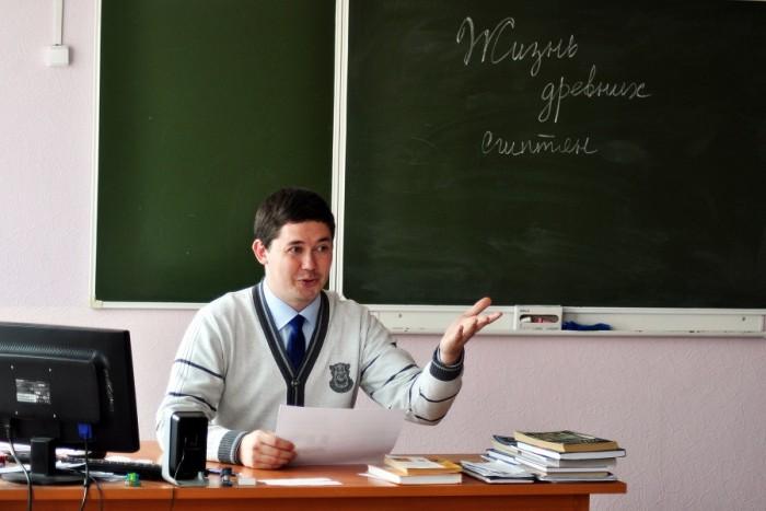 Учитель истории рассказывает лекцию