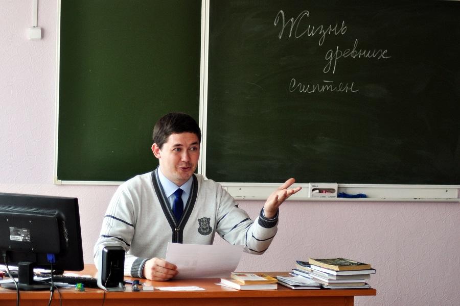 молодой учитель в школе и учиница
