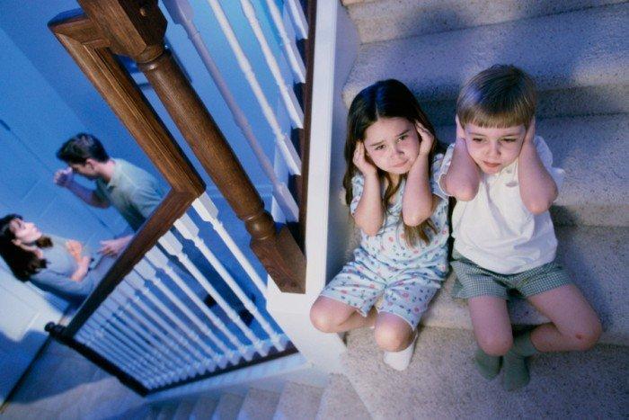 Дети на лестнице переживают из-за родительской ссоры