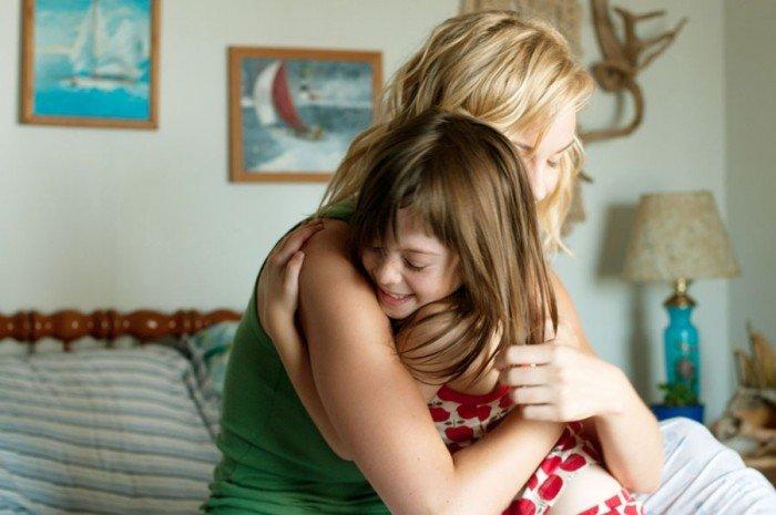Девочка с мамой обнимаются