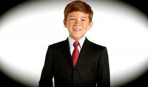 Мальчик в деловом костюме и при галстуке