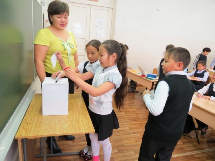 Дети голосуют у доски