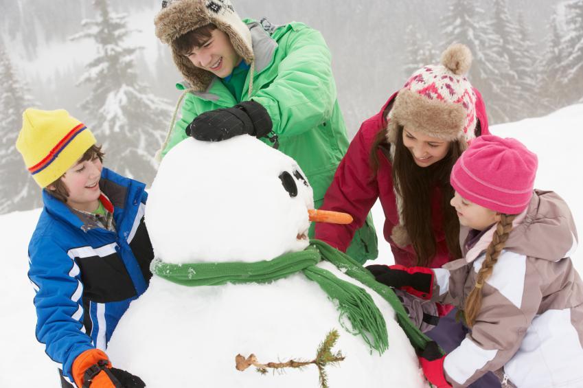Семья лепит снеговика
