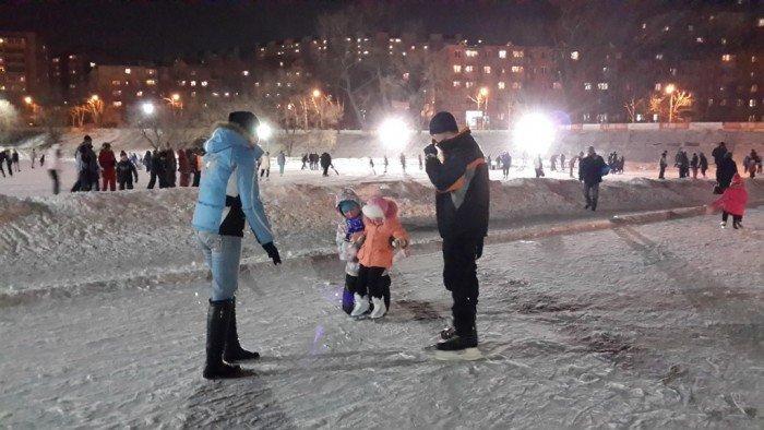 Девочку в персиковой куртке ставят на лёд