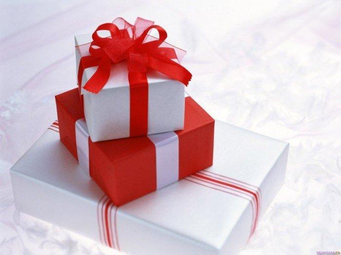 Красно-белые подарочные коробки