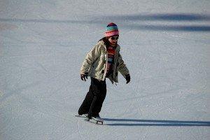 Ребенок катается на коньках