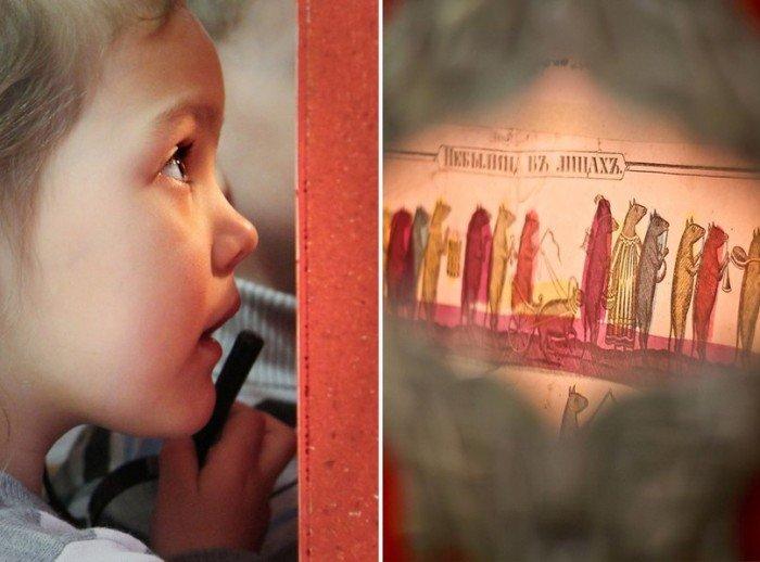 Ребёнок смотрит на изображение в музее