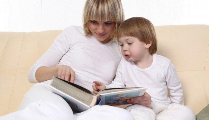 Мама читает с малышом