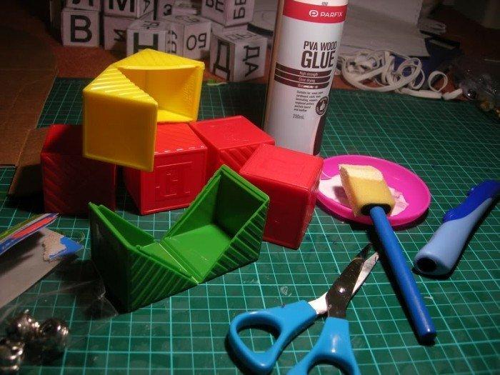 Пластмассовые кубики, ножницы и клей