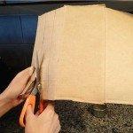 Ножницами режут картон