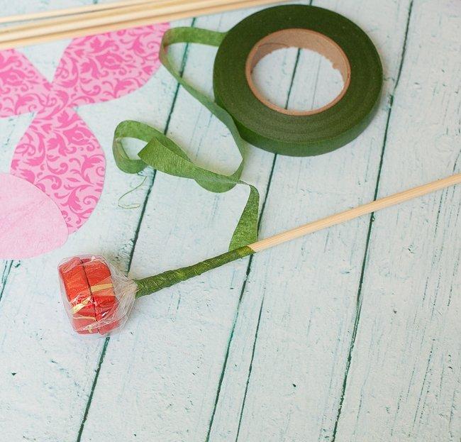 Бамбуковая палочка, обмотанная гофрированной лентой