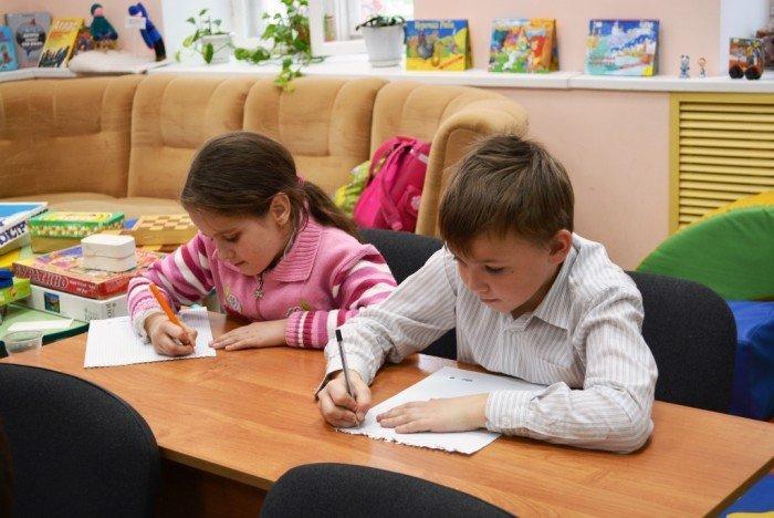 Мальчик и девочка пишут