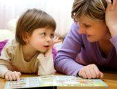 мама читает книжку ребенку