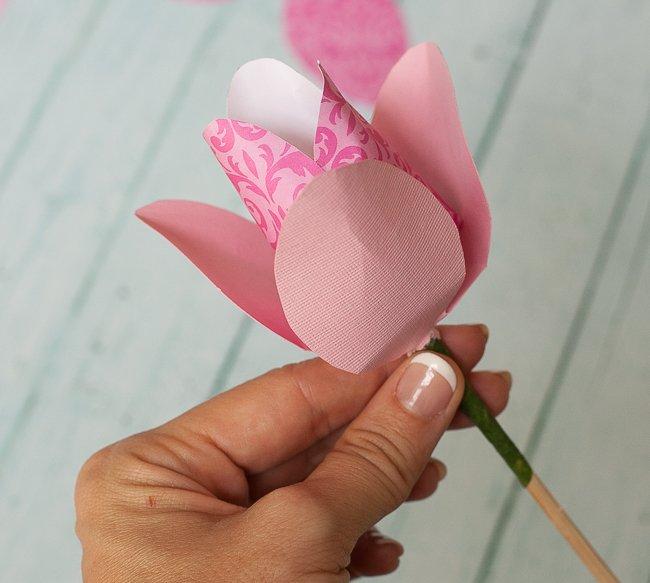 Надетые на бамбуковую палочку бутоны большего размера