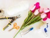 Тюльпаны и различные инструменты для изготовления подарка