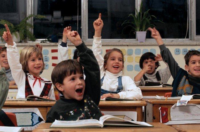 Дети тянут руки отвечать